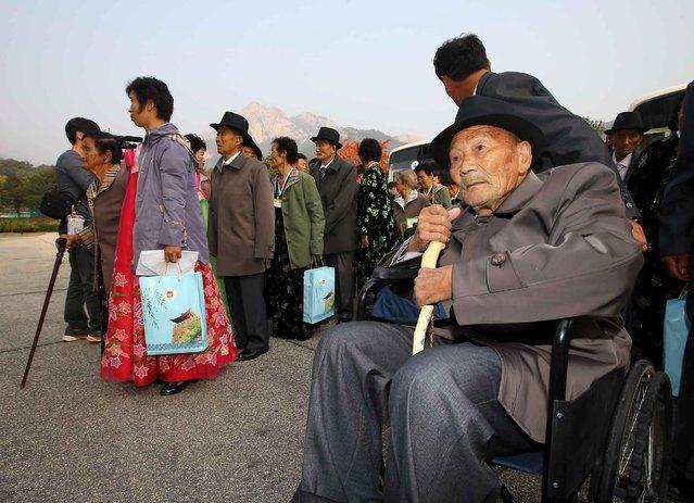 North Korean Lee Hong Jong (R), 88, arrives to meet with his South Korean daughter Lee Jong-suk, 68, during a reunion for separated families at Mount Kumgang resort, North Korea, October 21, 2015. (Photo by Reuters/Yonhap)