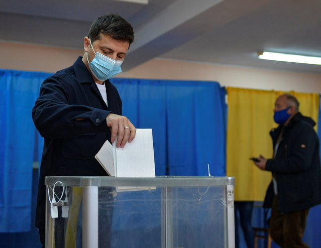 Ukrainian President Volodymyr Zelenskiy wearing a protective face mask casts a ballot at a polling station during local elections amid the coronavirus disease (COVID-19) outbreak in Kyiv, Ukraine on October 25, 2020. (Photo by Ukrainian Presidential Press Service/Handout via Reuters)