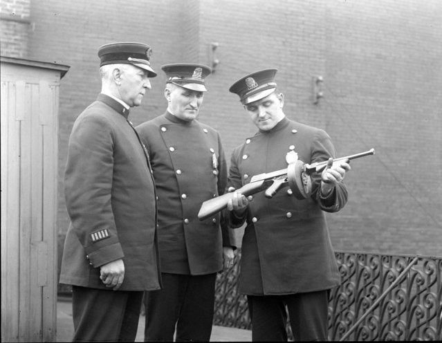 Lt. Lutz is ready with men and machine guns if any May Day riots occur, 1923. (Photo by Leslie Jones)