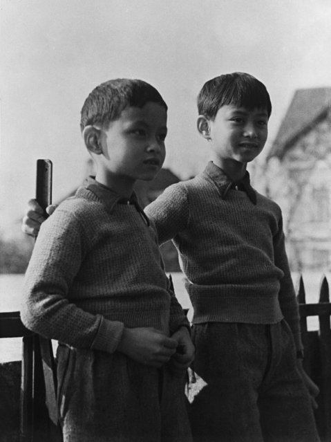 Thailand's Prince Bhumibol, left, now King Bhumibol Adulyadej, known as Rama IX, with his brother Prince Ananda, the former King Ananada Mahidol, in the grounds of the school in Lausanne Switzerland, on March 7, 1935. King Ananada died of a gunshot wound to his head in 1946. (Photo by AP Photo)