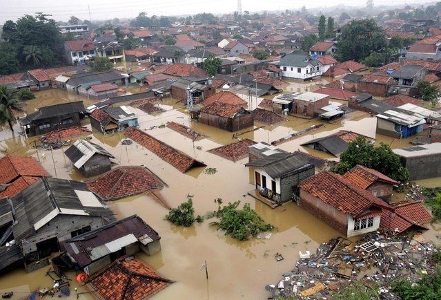 An aerial view of a flooded residential area is seen in east Jakarta in this February 4, 2007 file photo. (Photo by Reuters/Supri)