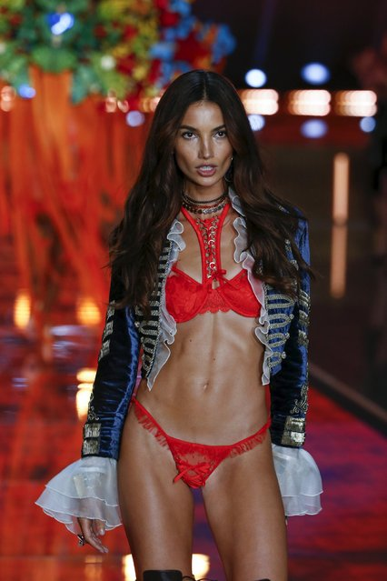 Model Lily Aldridge presents a creation during the 2015 Victoria's Secret Fashion Show in New York, November 10, 2015. (Photo by Lucas Jackson/Reuters)
