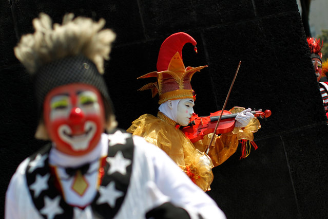 A clown plays the violin during the XXI Convention of Clowns, at the Jimenez Rueda Theatre, in Mexico City, Mexico, October 19, 2016. (Photo by Carlos Jasso/Reuters)