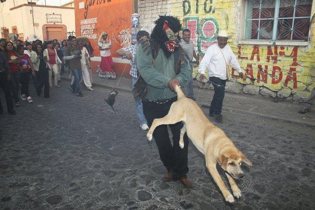 """Los tlachikeros, fiesta del pulke... Tepetlaoxtoc de Hidalgo, Mexico, MX"". (Fermìn Guzmàn)"