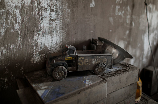 A toy covered with ash lies inside a house affected by the eruption of the Fuego volcano at San Miguel Los Lotes in Escuintla, Guatemala, June 7, 2018. (Photo by Carlos Jasso/Reuters)