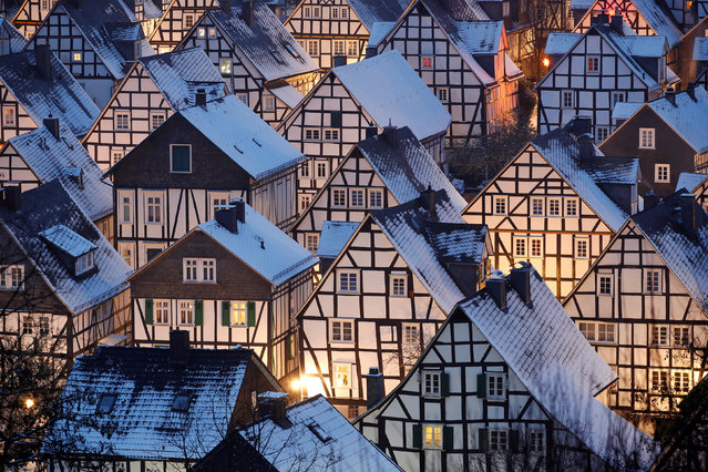 """Snow covers the roofs of the so-called """"Alter Flecken"""" (old spot), the historic core of downtown Freudenberg with its half-timbered houses from the 17th century in the heart of the federal state of North Rhine-Westphalia near the city of Siegen, Germany,  December 16, 2018. (Photo by Wolfgang Rattay/Reuters)"""