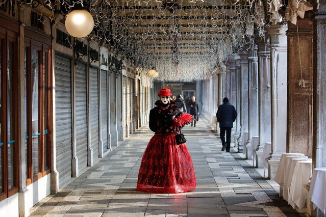 A reveller poses at Saint Mark's Square during the Carnival in Venice, Italy February 18, 2017. (Photo by Alessandro Bianchi/Reuters)