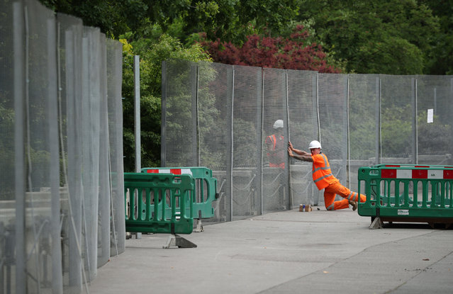 Workmen construct fences, ahead of the U.S. presidential visit, around the U.S. ambassador's residence in Regent's Park in London, Britain, May 31, 2019. (Photo by Hannah McKay/Reuters)