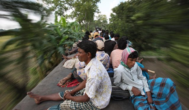 """If you ever think your commute is difficult, spare a thought for those who have to travel on the Dhaka """"express"""". (Photo by Yousuf Tushar/Solent News & Photo Agency)"""