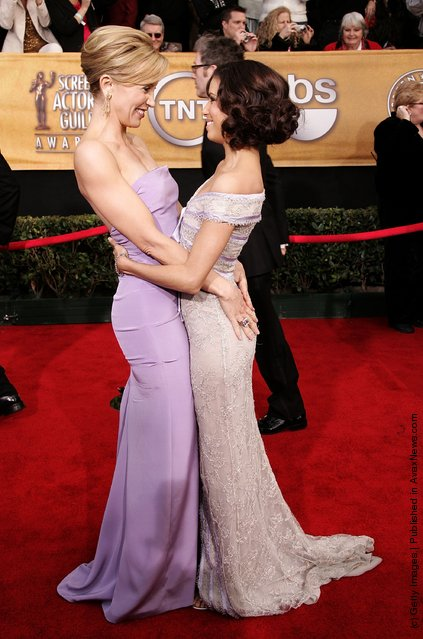 Actresses Felicity Huffman (L) and Eva Longoria laugh as they arrive at the 12th Annual Screen Actors Guild Awards held at the Shrine Auditorium on January 29, 2006 in Los Angeles, California