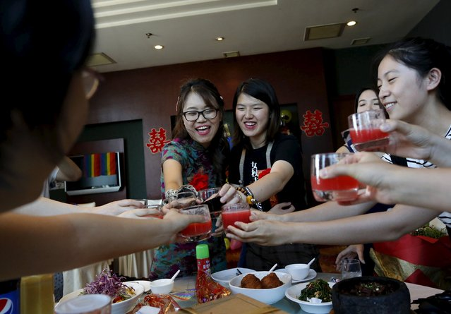 Li Tingting (centre R) and Teresa toast with guests at at their wedding reception in Beijing, China July 2, 2015. (Photo by Kim Kyung-Hoon/Reuters)