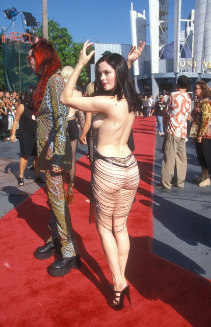 Singer Marilyn Manson with girlfriend, actress Rose McGowan at 1998 MTV Video Music Awards in California, United States on  September 10, 1998 (Photo by Barry King/WireImage)