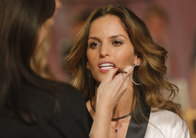 Model Alessandra Ambrosio has her make-up applied ahead of the 2014 Victoria's Secret Fashion Show in London December 2, 2014. (Photo by Suzanne Plunkett/Reuters)