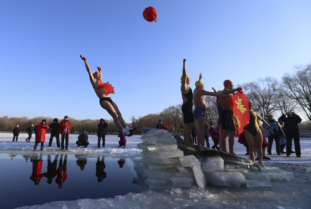 A swimmer falls into the water after he stood on ice cubes, at subzero temperature in Shenyang, Liaoning province January 1, 2015. (Photo by Reuters/Stringer)
