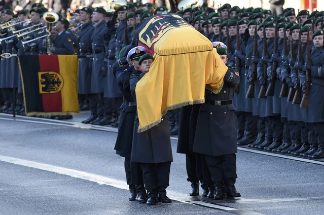German army Bundeswehr soldiers carry the coffin holding the body of late former West German chancellor Helmut Schmidt after the memorial service at St. Michael's Church (Sankt Michaelis) in Hamburg, Germany November 23, 2015. Schmidt died on November 10, aged 96. (Photo by Fabian Bimmer/Reuters)