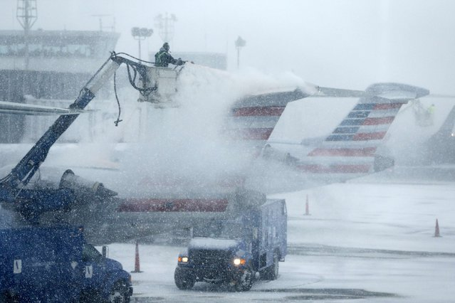 An airport worker de-ices an airplane at LaGuardia Airport New York January 26, 2015. As a powerful blizzard bears down on the northeastern United States, airlines, commuter rail, bus lines and subways have responded with travel delays and cancellations. (Photo by Shannon Stapleton/Reuters)