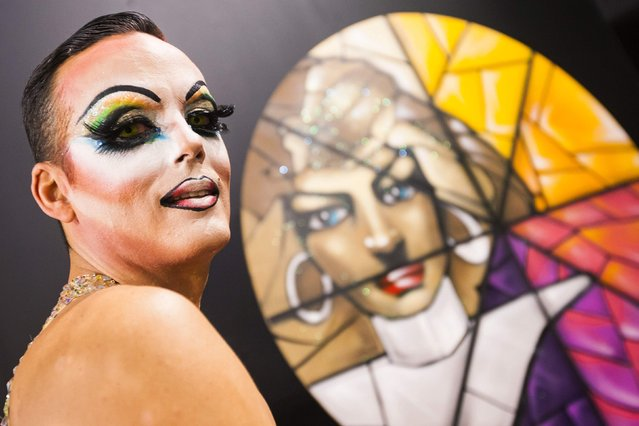 A participant poses backstage before a drag queen competition during carnival festivities in Las Palmas on the Spanish Canary Island of Gran Canaria February 20, 2015. (Photo by Borja Suarez/Reuters)