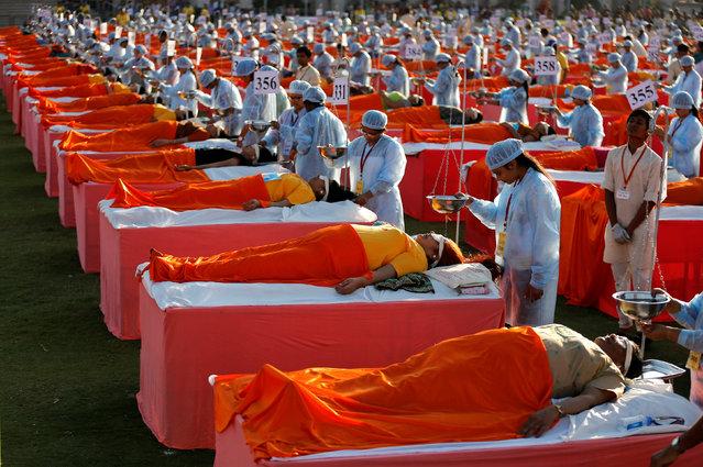 Participants get Shirodhara, an Ayurvedic treatment, inside Swaminarayan Gurukul Vishwavidya Pratishthanam (SGVP) Ayurvedic hospital in Ahmedabad, India, December 24, 2016. (Photo by Amit Dave/Reuters)
