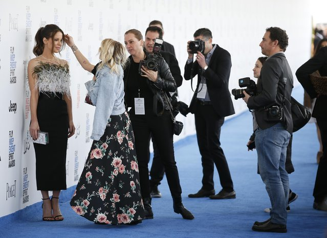 Actress Kate Beckinsale (L) arrives at the 2017 Film Independent Spirit Awards in Santa Monica, California, U.S., February 25, 2017. (Photo by Danny Moloshok/Reuters)