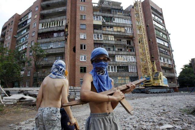 Boys play a game of war between Ukrainian army and pro-Russian separatists in eastern Ukrainian town of Kramatorsk August 7, 2014. (Photo by Valentyn Ogirenko/Reuters)