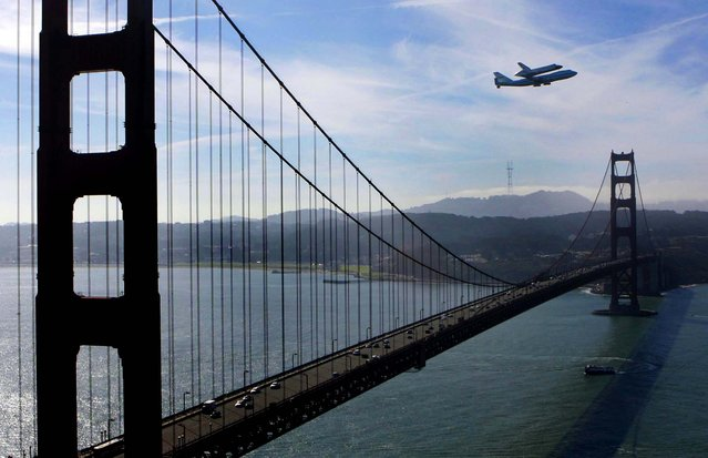 Flying aboard a specially modified 747 transport plane, space shuttle Endeavour makes a loop around the bay as it flies for the final time above San Francisco. (Photo by Ray Chavez/Contra Costa Times/MCT)