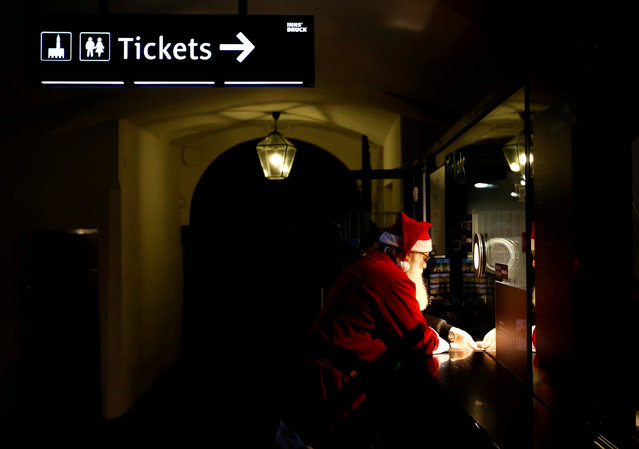A man dressed as Santa Claus buys a ticket at the Christmas market in Innsbruck, Austria, November 29, 2017. (Photo by Leonhard Foeger/Reuters)