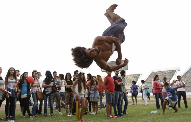People watch as a man practices flips in Tunis September 21, 2014. (Photo by Zoubeir Souissi/Reuters)