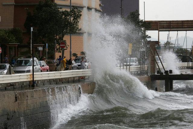 Big waves hit a waterfront as Typhoon Haima approaches in Hong Kong, China, October 21, 2016. (Photo by Bobby Yip/Reuters)