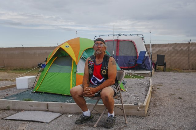 "Stanley Smith, 60, from Alabama, sits outside his tent at Camp Hope in Las Cruces, New Mexico October 5, 2015. ""The economy isn't getting no better, I don't care what the news says. There is not a person out there that is not one pay-check away from being out here"", Smith said. Smith has moved around the country since the age of 15 and arrived at Camp Hope in 2011. (Photo by Shannon Stapleton/Reuters)"