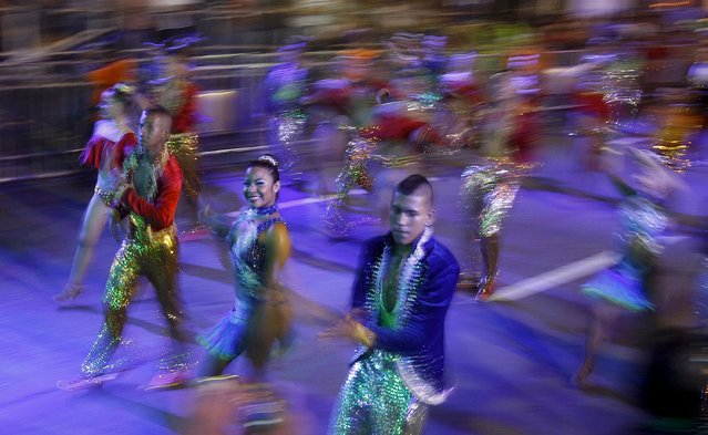 "Salsa dancers perform in the ""Salsodromo"" parade, which marks the start of the Fair of Cali, Colombia, December 25, 2015. Picture taken December 25, 2015. (Photo by Jaime Saldarriaga/Reuters)"