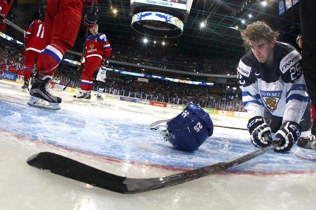 Finland's Julius Nattinen loses his helmet during the 2016 IIHF World Junior Ice Hockey Championships tournament match against Russia in Helsinki, December 28, 2015. (Photo by Elena Rusko/Reuters/Lehtikuva)