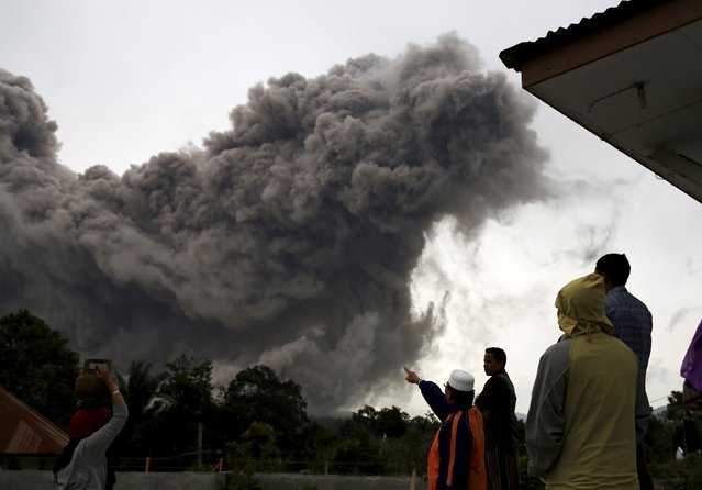 Residents react as ash spews form Mount Sinabung volcano during eruption at Tiga Serangkai village in Karo Regency, North Sumatra province, Indonesia June 24, 2015. (Photo by Reuters/Beawiharta)
