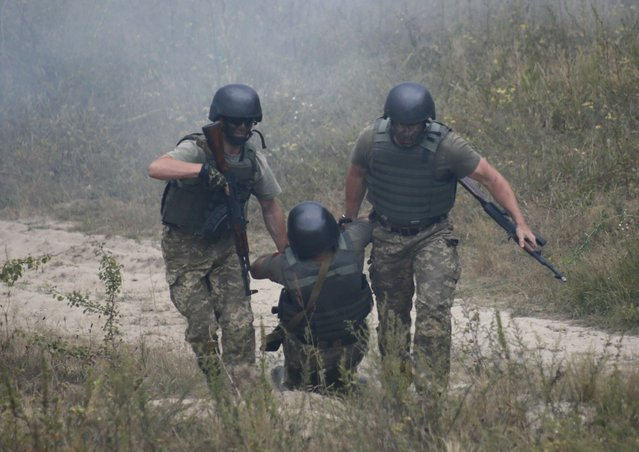 Ukrainian servicemen take part in a military drill at a shooting range near Zhytomyr, Ukraine, August 11, 2015. (Photo by Valentyn Ogirenko/Reuters)