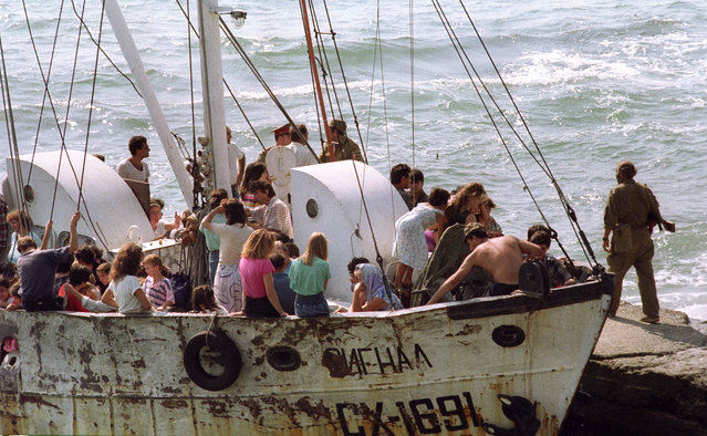 Gudauta, Abkhazia, 1992. Russian tourists have to interrupt their vacations and flee war-torn areas. (Photo by Sergei Mamontov/ITAR-TASS)