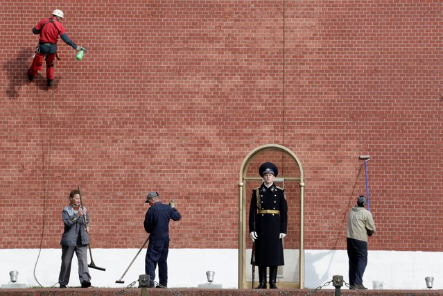 A honour guard at the Tomb of the Unknown Soldier outside the Moscow Kremlin on May 5, 2020 amid the ongoing COVID-19 pandemic. The Russian President has announced extending a paid period off work until May 11 nationwide to counter the spread of the COVID-19 infection. As of 5 May 2020, Russia has reported more than 155,500 confirmed cases of the novel coronavirus infection, with more than 80,100 confirmed cases in Moscow. (Photo by Mikhail Metzel/TASS)