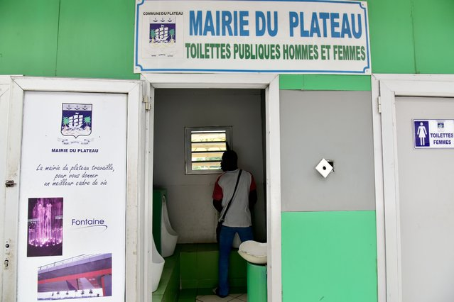 A man uses a urinal at a public toilet in the Plateau business district of Abidjan, Ivory Coast on November 14, 2017. (Photo by Issouf Sanogo/AFP Photo)