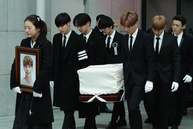 Members of pop Idol SHINee and Super Junior carry the coffin containing the body of Jonghyun of SHINee during the funeral at the hospital on December 21, 2017 in Seoul, South Korea. The lead vocalist of the K-pop group was found dead, in what is believed to have been a suicide at his apartment on December 18. (Photo by Chung Sung-Jun/Getty Images)