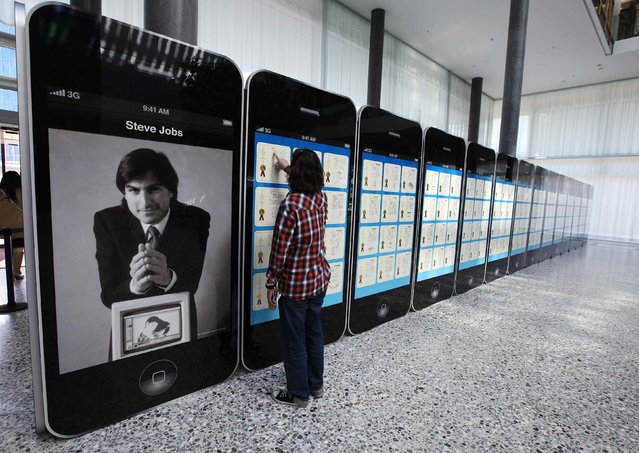 A visitor looks at Apple patents displayed at the World Intellectual Property Organization headquarters in Geneva, in this file photo taken March 29, 2012. A U.S. jury on Friday ordered Apple Inc to pay the University of Wisconsin-Madison's patent licensing arm more than $234 million in damages for incorporating its microchip technology into some of the company's iPhones and iPads without permission. (Photo by Denis Balibouse/Reuters)
