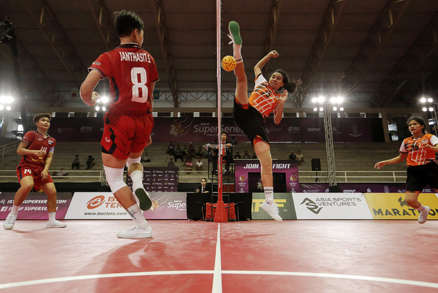 Sepak Takraw, ISTAF Super Series Finals Thailand 2014/2015, Nakhon Pathom Municipal Gymnasium, Huyjorake Maung, Nakonprathom, Thailand on October 20, 2015: Malaysia's Elly Syahira Rosli (2nd R) and Thailand's Sasiwimol Janthasit (2nd L) in action during their group stage match. (Photo by Asia Sports Ventures/Action Images via Reuters)