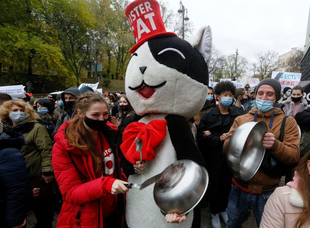 """Restaurateurs bang pots and pans as they shout slogans outside the Ukrainian Cabinet in Kiev on November 11, 2020, during a protest against plans by the government to close restaurants including takeaways services on the weekends, as a measure to fight against the Covid-19 pandemic, dubbed """"weekend quarantine"""". (Photo by Efrem Lukatsky/AP Photo)"""