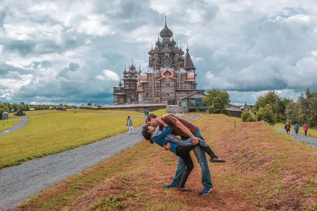 Husband and wife Rob 34 and Joli Switzer 33 from Maryland, USA  do their DipKiss pose in Kizhi, Russia. (Photo by Dipkiss Travels/Caters News Agency)