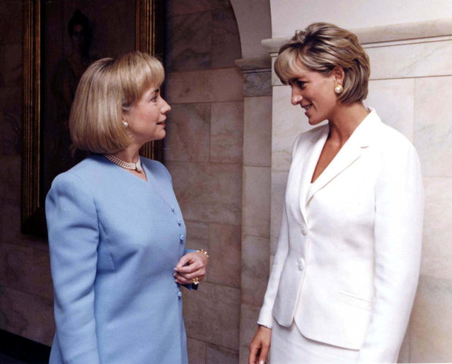 Diana, Princess of Wales, meets first lady Hillary Rodham Clinton (L) in the White House the morning of June 18, 1997. (Photo by Reuters)