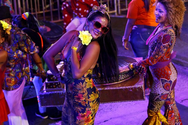 "Salsa dancers perform in the ""Salsodromo"" parade, which marks the start of the 58th Fair of Cali, Colombia, December 25, 2015. Picture taken December 25, 2015. (Photo by Jaime Saldarriaga/Reuters)"