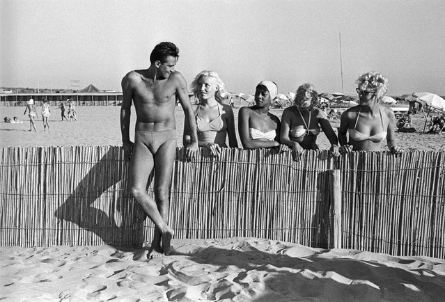 Walter Chiari at Rome's Fregene beach in 1959. (Photo by Paolo Di Paolo/National Museum of 21st Century Arts)