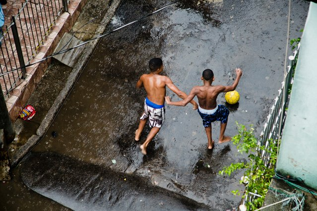 Rain and playtime in Maré. (Photo by A.F. Rodrigues/Horniman Museum)
