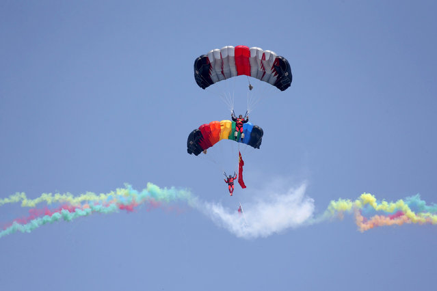 The Henan skydiving team performs at the Airshow Zhengzhou 2017 in Zhengzhou, central China's Henan province on April 28, 2017. The airshow takes place from April 27 to May 1. (Photo by AFP Photo/Stringer)
