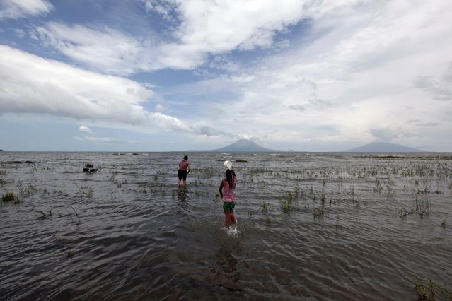 "Obrajuelo village residents wash at Lake Nicaragua (""Cocibolca"") in San Jorge October 3, 2014. Locals are worried that the lake will be contaminated after it was announced that the Interoceanic Grand Canal will be built across the lake, local media said. Chinese businessman Wang Jing sealed a controversial no-bid 50-year renewable concession from Nicaragua's Sandinista government in 2013 to develop the $50 billion canal to rival Panama's, and related facilities. (Photo by Oswaldo Rivas/Reuters)"