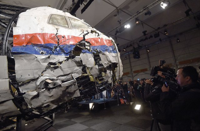 The wrecked cockipt of the Malaysia Airlines flight  MH17 is presented to the press during a presentation of the final report on the cause of the its crash at the Gilze Rijen airbase October 13, 2015. Air crash investigators have concluded that Malaysia Airlines flight MH17 was shot down by a missile fired from rebel-held eastern Ukraine, sources close to the inquiry said today, triggering a swift Russian denial. (Photo by Emmanuel Dunand/AFP Photo)