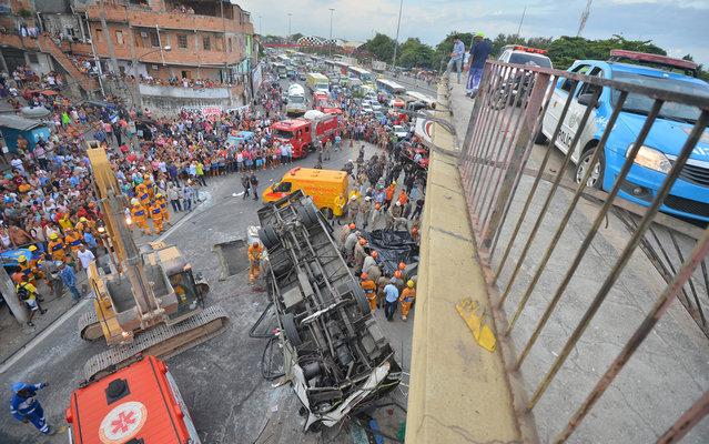 Bus fell from a viaduct on Avenida Brasil in Rio de Janeiro, on April 2, 2013. Seven people were killed. (Photo by Bruno de Lima/Frame/Estadão Conteúdo)
