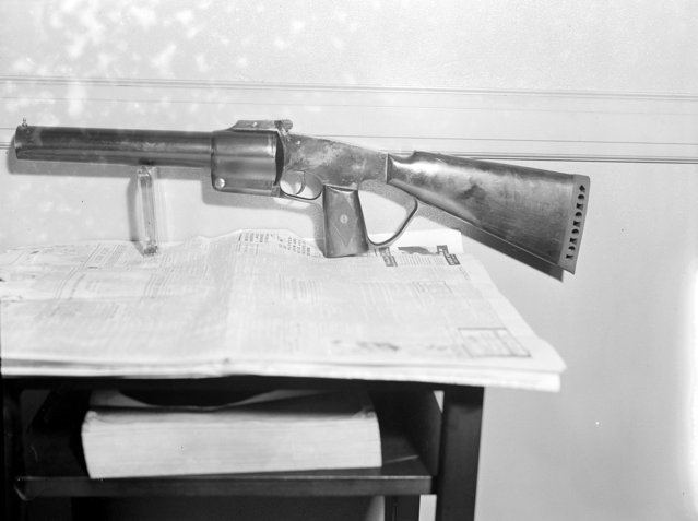 New type of flare gun used by police, 1934. (Photo by Leslie Jones)
